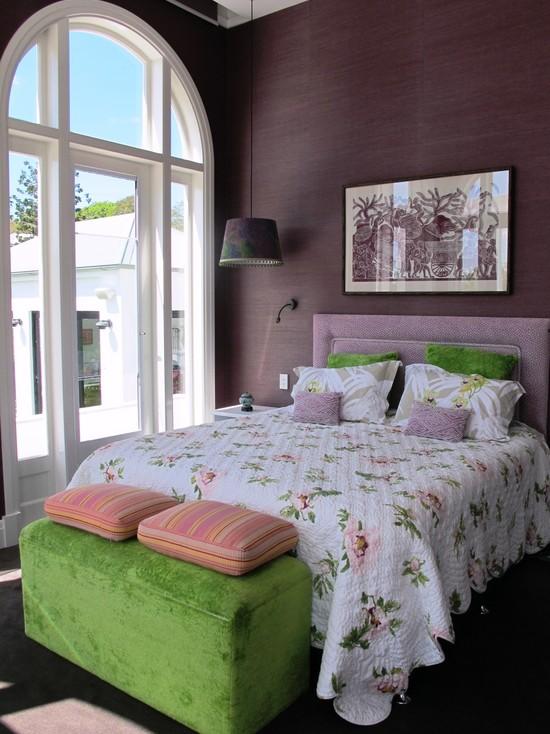 Лиловая спальня в сочетании с зеленым пуфиком и подушками