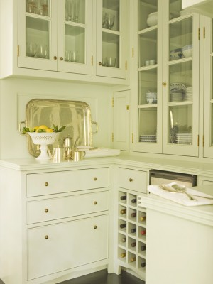Золотистая фурнитура на светлой кухне