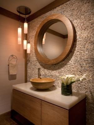 Стена ванной комнаты из мелких камушков