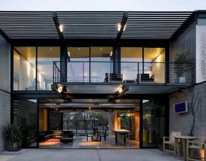 Черный дом с большими стеклянными окнами