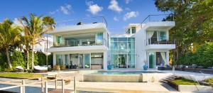 Белый дом с стеклянными стенами с видом на бассейн