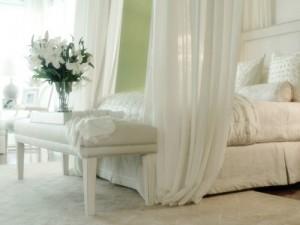 Бело-салатовая спальня