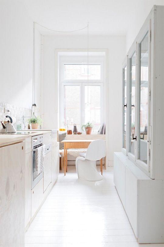 Узкая скандинавская кухня в белых нотах