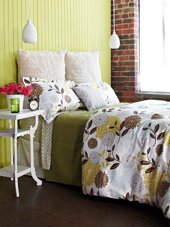 Салатовая спальня с кирпичной стеной