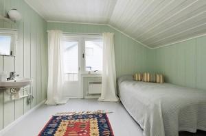 Небольшая спальня совмещенная с санузлом