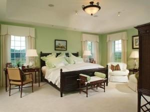 Интерьер салатовой спальни в сочетании с темным деревом
