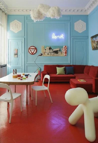 Фото: сочетание красного пола с голубыми стенами