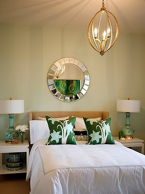 Золото-салатовый интерьер спальни