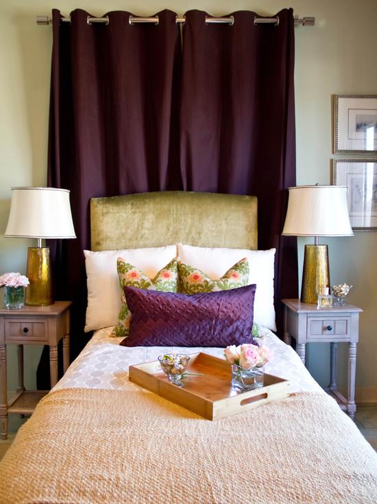 Фото: салатовое основание кровати с фиолетовыми шторами