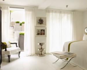 Белоснежная спальня с небольшим количеством салатового цвета