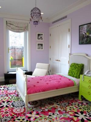 Девичья комната с ярким ковром