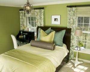 Фото: интерьер салатовой спальни с небольшой люстрой