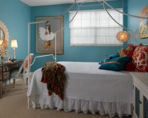 Девичья комната в бело-голубых тонах