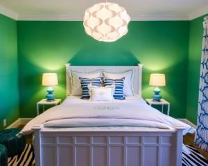 Ярко салатовый цвет в сочетании с синим в интерьере спальни