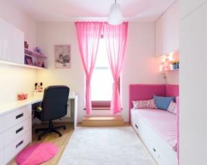 Светлая комната для девочки с большим рабочим столом