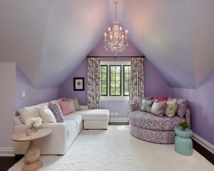 Фиолетовая комната для девочки-подростка на мансардном этаже