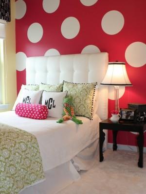 Белый горошек на красном фоне в спальной комнате