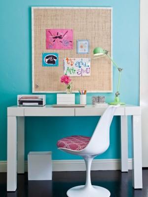 Рабочий стол девочки с доской для напоминания