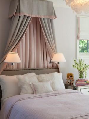 Фальшь окно за изголовьем кровати