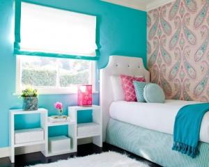 Маленькая детская комната для девочки-подростка в голубых тонах
