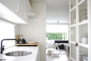 Интерьер белой кухни с черными деталями декора