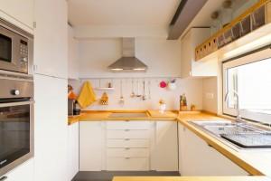 Интерьер бело-желтой кухни