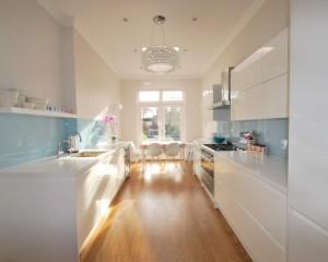 Бело-голубой интерьер кухни