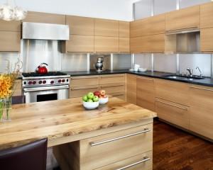 Кухня и стол выполнены из дерева, что придаёт этой кухне теплоту