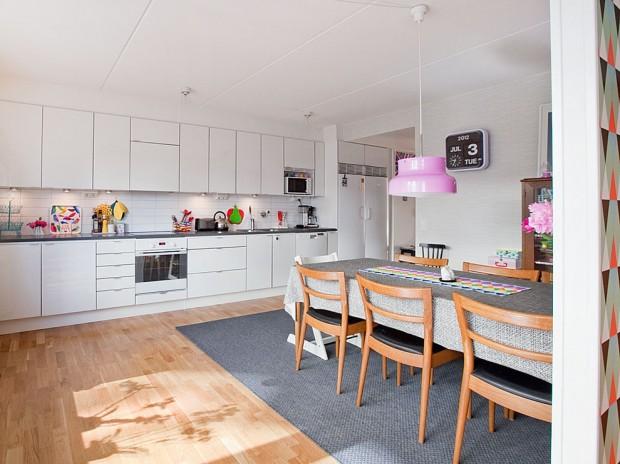Кухня в скандинавском стиле с деревянным полом и ярко фиолетовыми плафонами