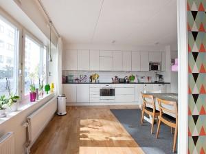 Просторная кухня в белых тонах с большим окном