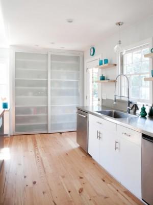 Интерьер белой кухни с голубыми деталями декора