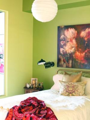 Салатовая спальня с железной кроватью