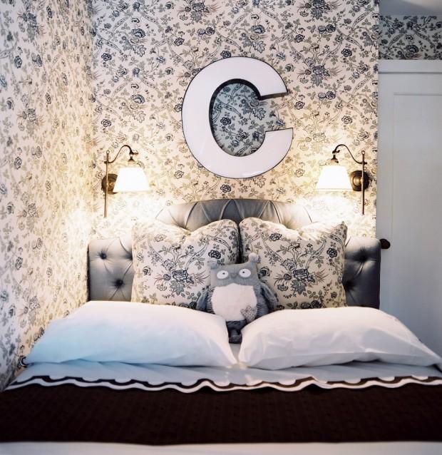 Кровать с большой заглавной буквой над изголовьем