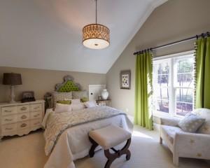 Салатовые шторы и изголовье кровати
