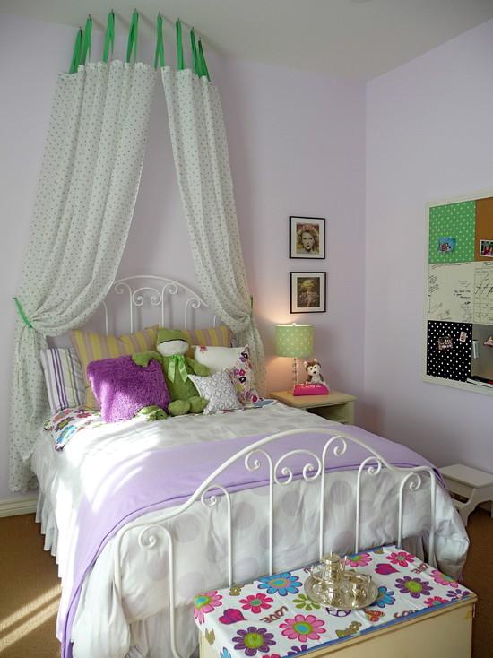 Комната девочки-подростка в нежно фиолетовом цвете с добавлением зеленых деталей