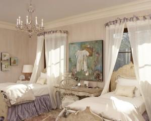 Две кровати в классическом стиле в комнате для девочек