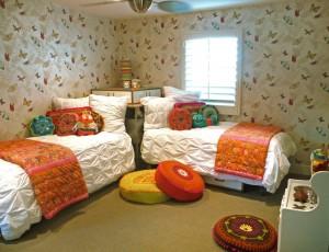 Две кровати стоящие углом в комнате девочек