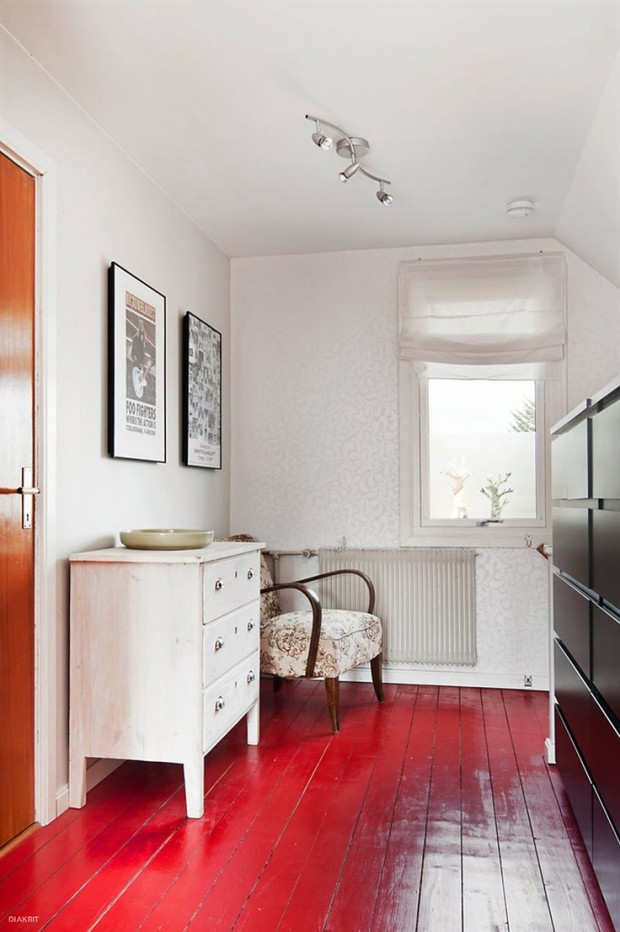 Красный пол в коридоре и белая тумба для контраста