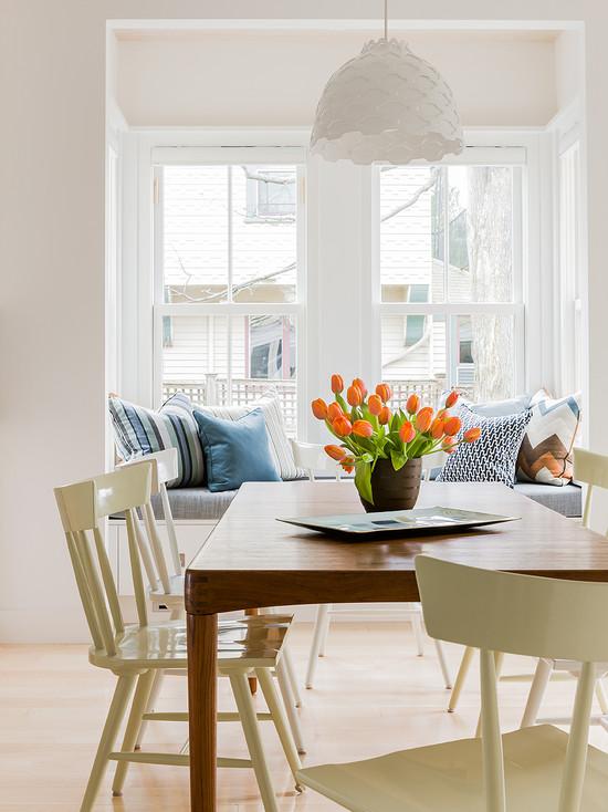 Элегантная люстра и большое окно на кухне
