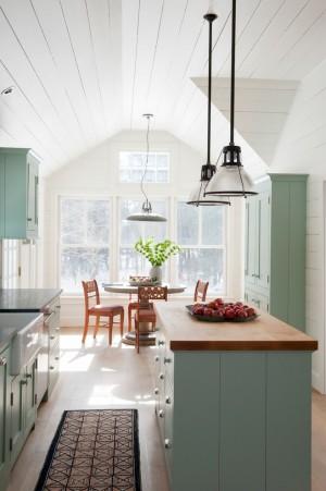 Скандинавская кухня в старом деревянном доме