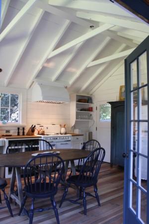 Синие стулья на белой кухне