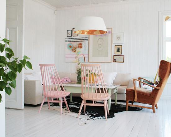 Яркая мебели в столовой скандинавского стиля