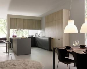 Совмещенная кухня и столовая с большим количеством дерева
