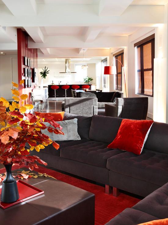 Красный пол в интерьере большой гостиной