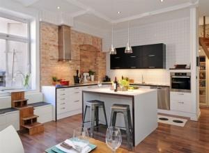 Кухонный фартук из кирпичной кладки до потолка. Может и не практично, но зато как симпатично!