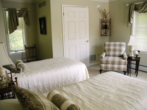 Классическая салатовая спальная комната