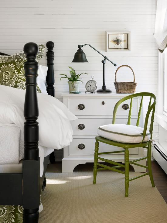 Бело-черная спальня с салатовым стулом и подушкой