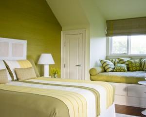 Зеленый с желтым в интерьере спальной комнаты