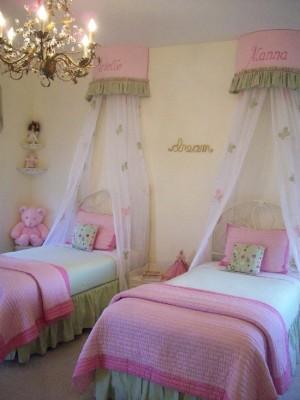 2 кровати в комнате для дочек