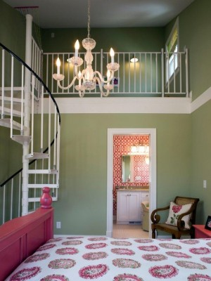 Спальня с зелеными стенами и розовой кроватью
